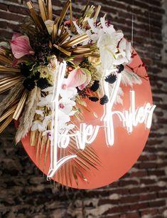 J+S TROUWEN TIJDENS DE FEESTDAGEN | Studio Spruijt Love Rules, Happy Day, Christmas Bulbs, Neon, Wedding Day, Wreaths, Halloween, Holiday Decor, Home Decor