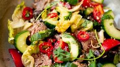 Thai beef salade (Thaise salade met rundvlees) - Culy.nl Asian Recipes, Ethnic Recipes, Healthy Salad Recipes, Healthy Food, What To Cook, Kung Pao Chicken, Pisa, Cobb Salad, Zucchini