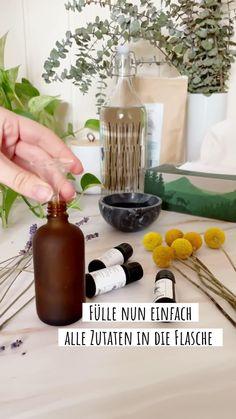Wir haben ein wunderbar wirksames und einfaches Rezept für ein natürliches DIY-Spray gegen Heuschnupfen entwickelt. Alles was Du hierfür benötigst sind 100 ml Alkohol und je 15 Tropfen vom Eucalyptus-, Zedernholz- und Lavendel-Öl sowie eine Flasche mit Sprühkopf. Fülle alle Zutaten in die Flasche, vermische sie und sprühe damit deine Haare, dein Dekolleté oder deine Kleidung ein. So atmest Du konstant heilsame ätherische Öle ein, die deinem Heuschnupfen Einhalt gebieten. #edel-naturwaren.de After Sun, Bottle, Home Decor, Beauty Products, Sunscreen, Cedar Wood, Decoration Home, Room Decor, Flask
