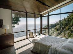 Fall House, Big Sur, 2013 - Fougeron Architecture. Chambre moderne avec baie vitrée. Chambre avec vue sur la mer