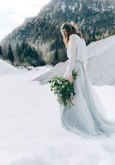 It is cold outside, snow is everywhere and we keep ourselves warm with a beautiful winter wedding! Decoration, bridal gowns, accessories, wedding stationary and weddingcakes, we will show you some of the mot beautiful winter wedding inspirations on WonderWed.de