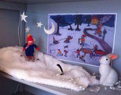 Winterseizoentafel van Anne met skiende Olle en een grote kleurenkopie van Riemers wintertekening op de achtergrond.