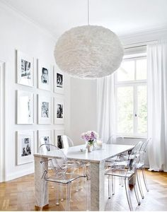 The perfect wall decoration for a stylish dining room? Of course, an icon . Ghost Chairs Dining, Acrylic Dining Chairs, Woven Dining Chairs, White Dining Table, Dining Room Chairs, Parisian Decor, Kartell, New Living Room, Dining Room Design