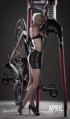 日本のロードバイクの女性選手のカレンダーとか出るといいのにな…! 海外の選手のは出ている…こういうやつ!この写真が素敵すぎて私もロードバイク女子の写真集を作りたいな!と思いました!!女性のロード選手は本当に美しい…!