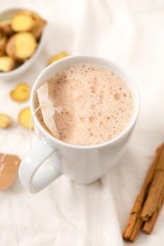 This ginger tea latte is perfect for Christmas and winter. It& also a healthy alternative to coffee and tastes so good! Strawberry Smoothie, Fruit Smoothies, Smoothies Coffee, Coffee Drinks, Coffee Tables, Coffee Benefits, Coffee Latte, Coffee Meme, Coffee Scrub
