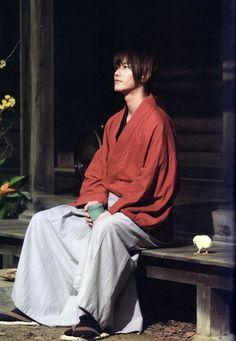 Takeru Satoh as Himura Kenshin in the live-action films - a perfect casting choice! Rurouni Kenshin Movie, Kenshin Le Vagabond, Poses, Ji Hoo, Male Kimono, Action Films, Takeru Sato, Japanese Costume, Kimono