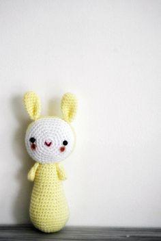 Amigurumi Lapin couleur jaune prêt à être envoyé par avoiretc (juillet 2013)