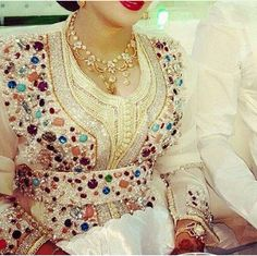 Moroccan caftan for bride Morrocan Dress, Moroccan Bride, Moroccan Caftan, Style Oriental, Oriental Dress, Oriental Fashion, Caftan Gallery, Middle Eastern Fashion, Pakistani Couture