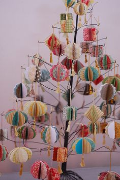 Laurie_Cinotto_Ornaments_Tree – Home Decoration Picture Christmas Ornaments, Cute Christmas Tree, Christmas Paper, Homemade Christmas, Christmas Holidays, Xmas Ornaments, Christmas Projects, Holiday Crafts, Paper Decorations
