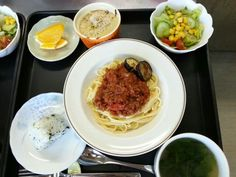 10月9日。ミートソーススパゲッティ、ワカメおにぎり、サラダ、ホウレン草のスープ、みかんでした!640カロリー、たんぱく質25g、塩分3.0gです♪