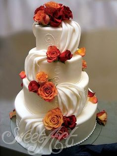 Red, burnt orange, and golden hues for these roses is nothing short of romantic! As imple yet stunning cake design perfect for fall weddings!