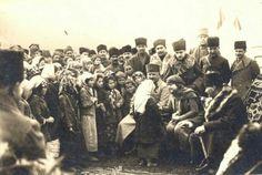 1923 - Atatürk, eşi Latife Hanım, Kazım Karabekir Paşa, İsmet İnönü ve maiyeti Edremit yolunda bir mola yerinde halkla hasbihal ediyor.