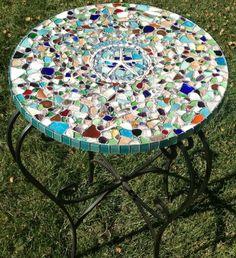¿Tienes alguna mesa de jardín oxidada y sin vida?, ¿o simplemente ya te aburrió la que tienes en casa? No te preocupes. Utiliza la misma técnica que la de los móviles, sólo que esta vez colocarás los vidrios con un poco de yeso sobre la mesa y te quedará impresionante. Mira como preparar el yeso de una forma sencilla aquí.