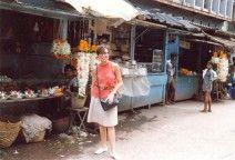 Mercado en un pueblo en la ruta de Bombay a Bangalore, julio de 1988. Los mercados y la vida callejera, tan presente en mis novelas, ¿cómo no hacerme una foto?