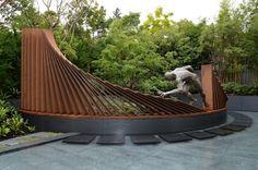 jardin avec sculpture en acier et effet rouillé