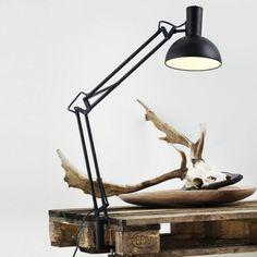 Articulée, cette lampe est disponible en deux coloris : noir et blanc. Elle nécessite une ampoule E27 (non fournie) et est munie d'un câble de 180 cm. L'abat-jour et le bras sont orientables, pour une lumière à la carte.