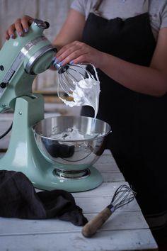 un pedacito de cielo: Como hacer merengue paso a paso Kitchen Aid Mixer, Kitchen Appliances, Kitchen Hacks, Meringue Pie, Swiss Meringue, Pastries, Big Bubbles, French Tips, Diy Kitchen Appliances