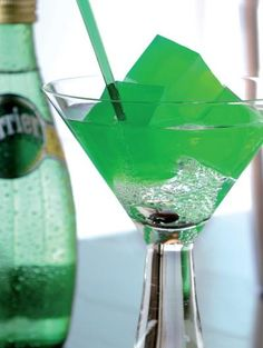 Perrier mojito cube. - Des cubes de gelée de mojito à l'agar-agar dans un verre de Perrier bien frais