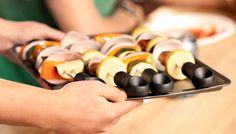 """Espeto de churrasco hiper original  Faça seu churrasquinho ou legumes com esse espeto hiper original. Conjunto de 4 espetos chamado """"Sliders""""s  permite que os alimentos depois de grelhado, sejam empurrados até o prato de forma segura pra não te queimar."""