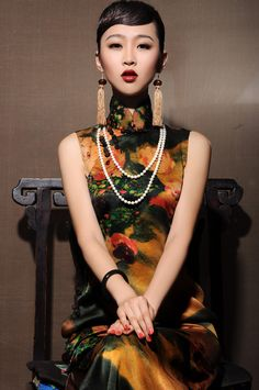 Model wearing (a variation of) a Chinese dress called qipao in Mandarin and cheongsam in Cantonese Style Oriental, Oriental Fashion, Hanfu, Asian Style, Chinese Style, China Mode, Style Asiatique, Style Chinois, Ideas Joyería