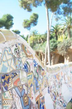 Cada metro quadrado do parque traz elementos característicos do trabalho de Gaudí. São marcas registradas, como curvas arquitetônicas acentuadas, torres trabalhadas e paredes cobertas com mosaicos de azulejos. Foi nessa obra que o arquiteto usou os mosaicos de azulejos quebrados pela primeira vez. As formas criadas por ele eram tão orgânicas e inovadoras que não permitiram o uso de azulejos convencionais, então esse revestimento acabou surgindo quase como um improviso.