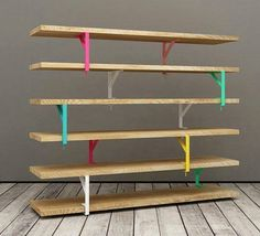 Estante feitas com laminas de madeira e mão francesa colorida. Uma opção barata e criativa