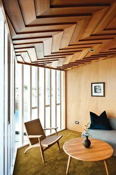 modernes badezimmer mit holzdecke und hängeschrank aus holz, Hause ideen
