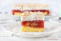 Ciasto z rabarbarem przekładane masą rabarbarową na biszkopcie z bitą śmietaną. Wierzch ciasta jest ciekawy, ponieważ oprószony jest zmielonymi herbatnikami