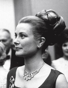 La Princesse Grace de Monaco, en 1963. Lors d'une réception à Philadelphie, elle porte un collier Cartier, en platine et diamants, cadeau de...