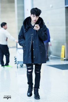 Rocking that all black outfit 😍 My black knight Kpop Fashion, Korean Fashion, Mens Fashion, Airport Fashion, Bobby, Koo Jun Hoe, Jay Song, Ikon Kpop, Ikon Wallpaper