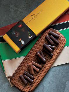 パリの老舗ショコラブランドから、新しい味が到着! 野菜とチョコレートの幸せな出合い……セップ茸にヘーゼルナッツプラリネを合わせ、森の深みある香りを含む「プラリネ ノワゼット オ セップ」。ダークガナッ...