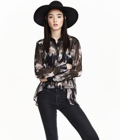 Short shirt in chiffon with a narrow collar. Concealed buttons at front, long sleeves, and rounded hem. Slightly longer at back.