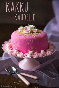 Monesti kuulen sanottavan, että leipomista rajoittaa syöjien vähyys; puuhaan ei tule ryhdyttyä, jos syöjiä on vain kaksi. Tämän vuoksi ei kannata jättää inspiraatiota hyödyntämättä, vaan tehdä sen sijaan vähemmän tai pienempää. Kakut mielletään juhlaleivonnaisiksi, mutta kun tekee pienen taikinan minivuokaan, kakun voi pyöräyttää arjenkin iloksi. Itse uskon, että romanttista kakkuhetkeä tai ystävän hemmottelua arvostaa eniten […]