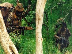 South African Special Forces talking to the trees Photography Cheat Sheets, Brothers In Arms, Real Steel, Cool Guns, Special Forces, Military History, Warfare, African, Army