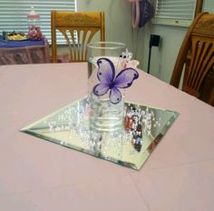 Crea bellos centros de mesa con tema de mariposas Butterflies will never go out of style and are the Butterfly Centerpieces, Butterfly Table, Butterfly Baby Shower, Butterfly Decorations, Butterfly Crafts, Party Centerpieces, Baby Shower Decorations, Purple Butterfly, Centrepieces
