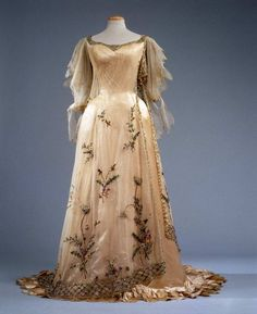 """""""La Primavera"""" gown by Rosa Genoni, The embroidered silk satin dress was inspired by Botticelli's """"Allegory of Spring."""" In the collection of the Museum of Costume and Fashion, Palazzo Pitti 💛 1900s Fashion, Edwardian Fashion, Vintage Fashion, Gothic Fashion, Antique Clothing, Historical Clothing, Historical Dress, Old Dresses, Pretty Dresses"""