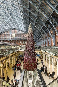 Amazing Christmas tree in St Pancras International train station in London London Christmas, Christmas Travel, Christmas In England, Christmas Photos, Christmas Time, Xmas, Places Around The World, Travel Around The World, Around The Worlds