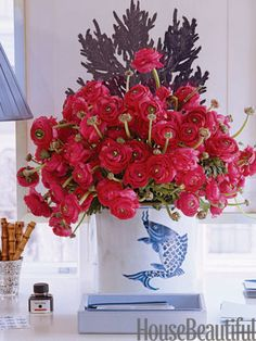 Ranunculus. #red #centerpiece #vase Designer: Meg Braff. Photo: Simon Upton. housebeautiful.com.