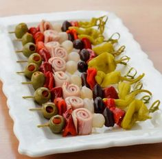 These Muffuletta Skewers are a fantastic appetizer for celebrating Mardi Gras and for game day too. GET THE RECIPE Muffuletta Skewers submitted by Magnolia Days More Recipes Finger Food Appetizers, Appetizers For Party, Finger Foods, Appetizer Recipes, Cold Appetizers, Mardi Gras Appetizers, Healthy Appetizers, Mardi Gras Food, Delicious Appetizers