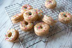 Donitsi-macaron / Ulkonäkö on lainattu donitseista, mutta rakenteeltaan kyseessä on aito macaron-leivos. Kaneli ja kardemumma antavat taikinalle ripauksen pullamaisuutta. Luumu-kanelitäyte sopii hyvin joulunaikaan, mutta on helposti vaihdettavissa sesongin mukaan esimerkiksi sitruuna- tai appelsiinirahkaan tai johonkin toiseen macarontäytteeseen.