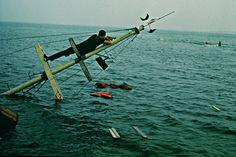 Una cámara sumergida avanza en contrapicado, enfocando las piernas tambaleantes de unos nadadores i...