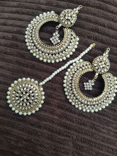 Beautifully hand crafted jewellery set earrings and tikka Indian bridal set Antique Jewellery Designs, Fancy Jewellery, Indian Jewellery Design, Stylish Jewelry, Jewelry Design, Diamond Jewellery, Tika Jewelry, Indian Jewelry Earrings, Indian Bridal Jewelry Sets