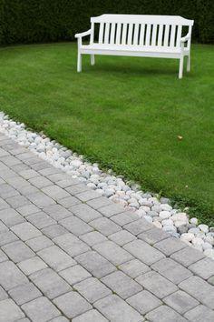 En vakker overgang fra terrasse av Aaltvedt Allé til hage. Garden Steps, Garden Edging, Driveway Fence, Pharmacy Design, Stone Path, Paving Stones, Outdoor Furniture, Outdoor Decor, Garden Art