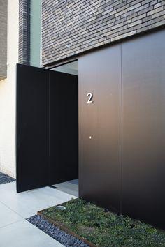 landscape architecture - Entrance door Residence in Belgium by Egide Meertens Modern Entrance Door, Modern Garage Doors, House Entrance, Entrance Doors, House Cladding, Facade House, Home Interior Design, Exterior Design, Brick Facade