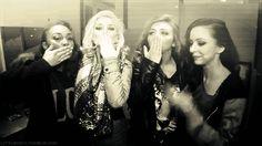 """7. """"Ela acha que é o centro do Little Mix!"""" Desde o momento em que venceram o X-Factor UK em 2011, as meninas do Little Mix chamam a atenção dos fãs e da imprensa por mostrarem que também são muito amigas longe dos palcos. A Perrie nunca menosprezou as outras integrantes da banda."""