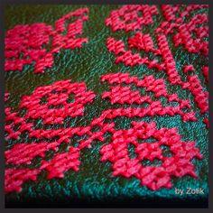Вышивка крестиком выполнена вручную