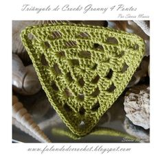 Granny triangle, free pattern in Portugese, with charts by Falando de Crochet.