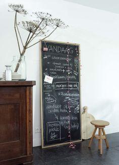 KARWEI | Maak dit krijtbord lekker groot, zodat het hele gezin alles erop kwijt kan #muurdecoratie #wooninspiratie #karwei