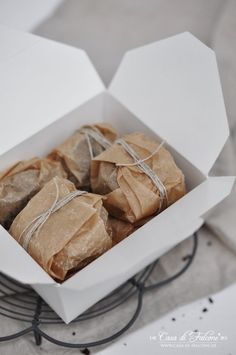 "Brownies ""to go"" I Verpackungsidee I food packaging I Geschenke aus der Küche I homemade gift I masking tape I papieranhänger I gifttag I Casa di Falcone"