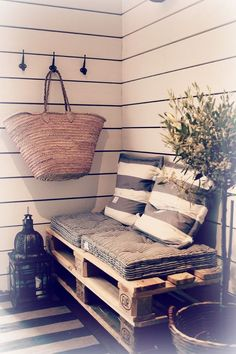 Five Tips to Creating a Budget-Friendly Outdoor Space 5 Tips to Create a Cost-Effective and Totally Inviting Outdoor space use found pallets! The post Five Tips to Creating a Budget-Friendly Outdoor Space appeared first on Pallet Ideas. Decoration Palette, Diy Home Decor, Room Decor, Balcony Design, Balcony Ideas, Patio Ideas, Garden Ideas, Pallet Furniture, Pallet Sofa